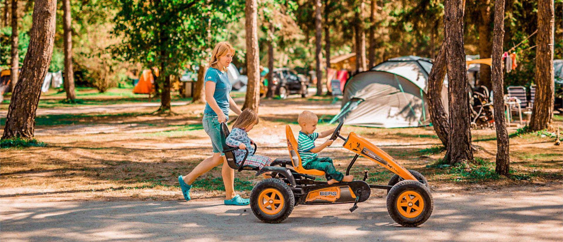 gokart_funpark_camping_menina